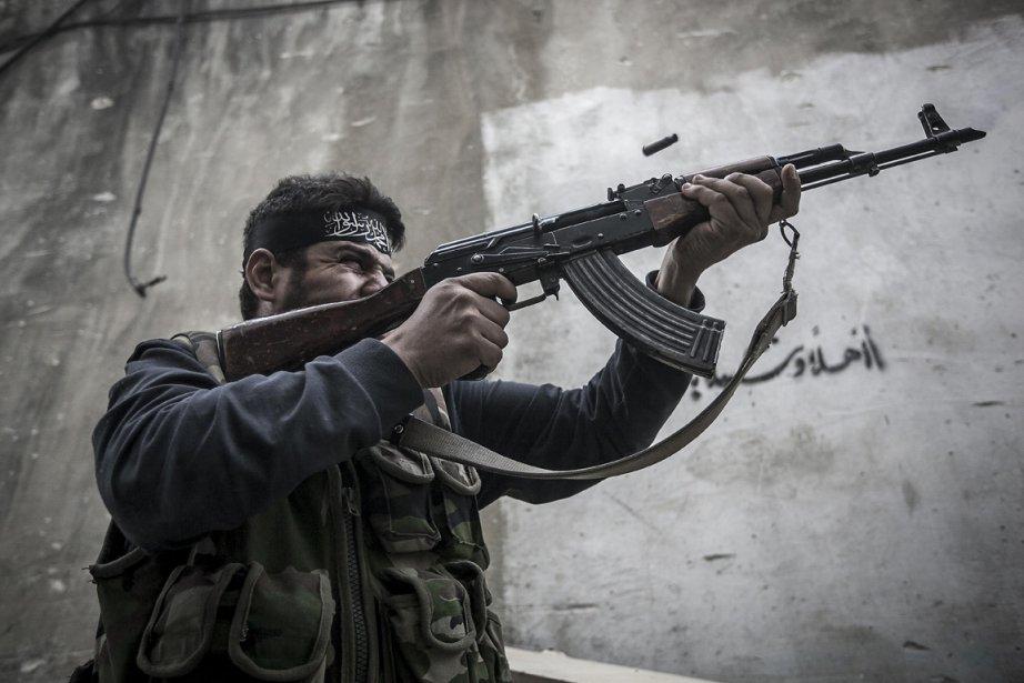 Un syrien du groupe rebelle Liwa Al Tawhid, lors d'une opération militaire à Alep. | 26 octobre 2012