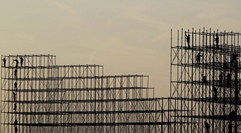 Des ouvriers au travail sur des échafaudages en préparation du Championnat du monde de parachutisme de Dubaï. | 26 octobre 2012
