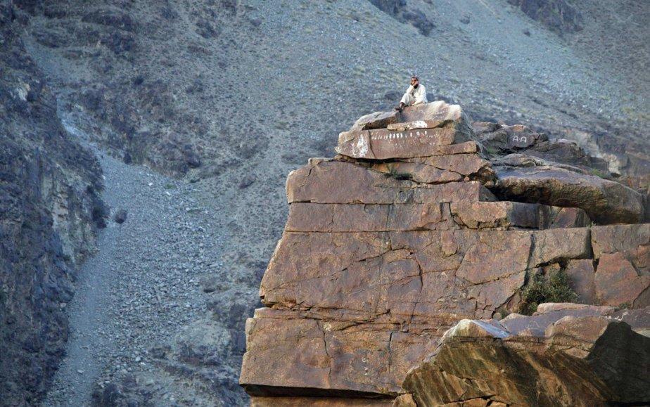 Un homme se repose sur un rocher près de Gilgit au Pakistan. | 26 octobre 2012