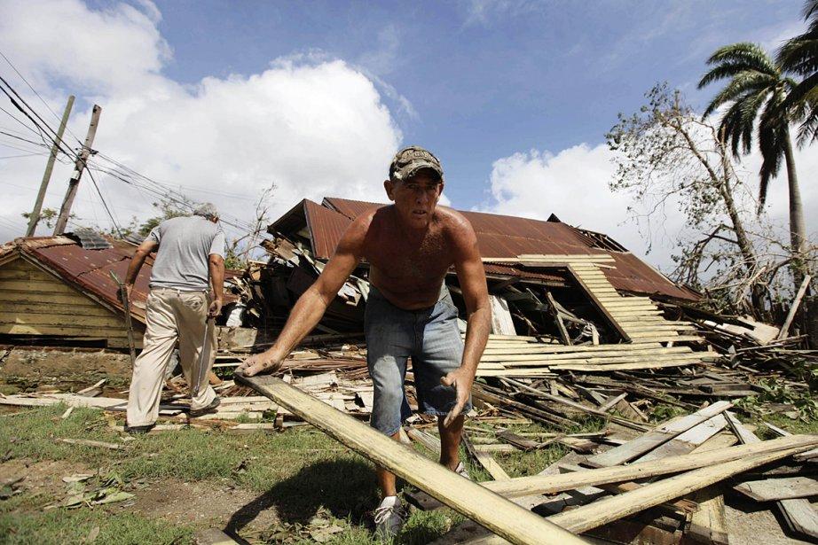 Un homme ramasse les débris de sa maison... (Photo: Reuters)