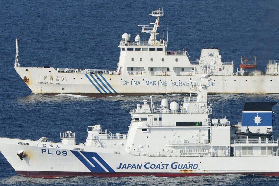 Un bateau de surveillance chinois et un bateau... (Photo Kyodo News, AP)