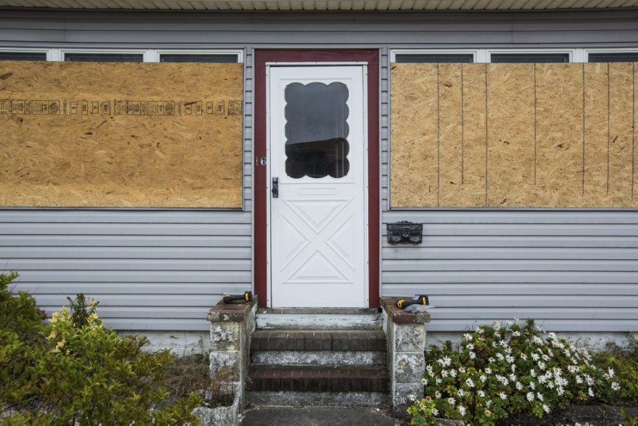 Aux quatre coins de l'île de Seaside au New Jersey, commerçants et citoyens s'affairaient à placarder les fenêtres et à poser des sacs de sable autour des bâtiments lors du passage de La Presse. | 28 octobre 2012
