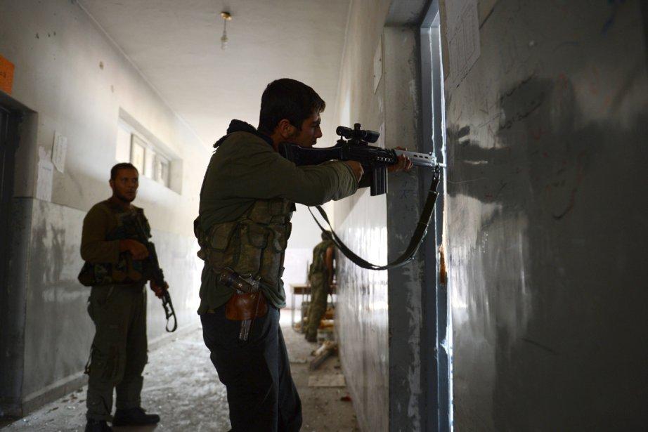 Un combattant rebelle dans la ville d'Alep ajuste... (Photo AFP)