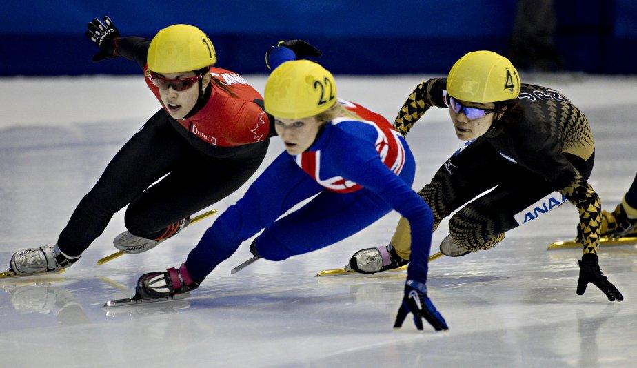 Valérie Maltais un peu avant de dépasser Elise Christie de Grande-Bretagne pour prendre la tête et gagner le 1000m. Derrière, la japonaise Yui Sakai. | 28 octobre 2012