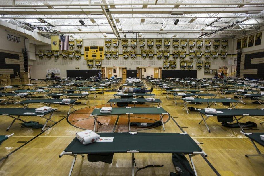 À la tombée de la nuit, environ 160 personnes avaient trouvé refuge à l'école secondaire de Manahawkin au New Jersey. | 28 octobre 2012