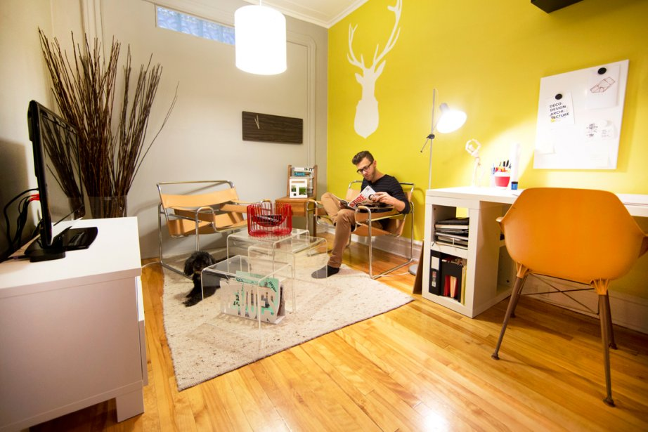 Micheal Godmer dans le petit logement qu'il partage...