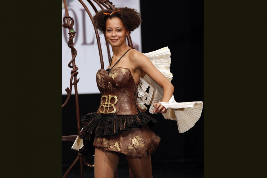 Une robe en chocolat présentée lors de l'édition... (Photo AP)