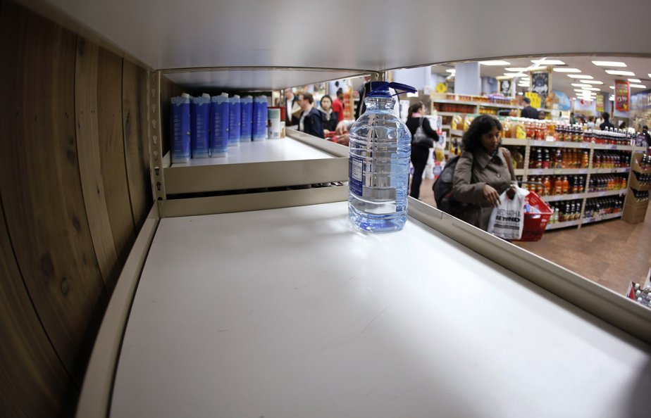 Les Américains de la côte Est se sont rués à l'épicerie pour faire des provisions, dont de l'eau potable. | 29 octobre 2012