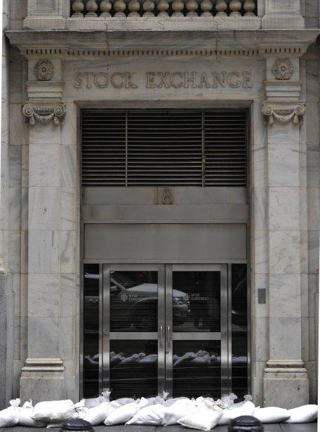 La Bourse de New York devait rester fermée toute la journée et pourrait l'être mardi, du jamais vu depuis les attentats du 11 septembre 2001. | 29 octobre 2012