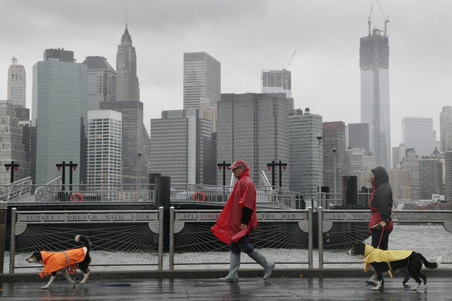 Rues désertes balayées par la pluie, attractions touristiques et transports... | 2012-10-29 00:00:00.000