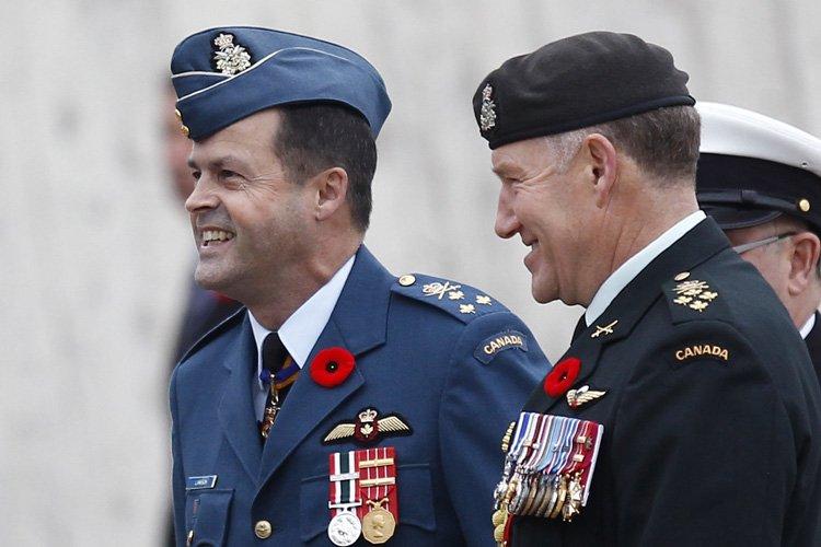 Le général Tom Lawson (à gauche) a été... (Photo: Reuters)