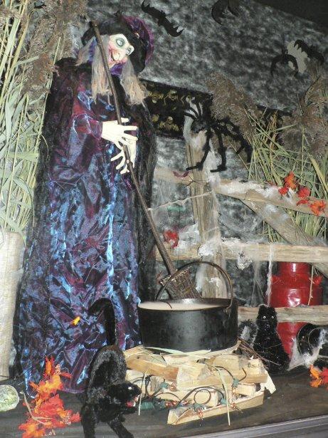 À l'occasion de la mégafête de l'Halloween à La Pocatière, plusieurs commerces de la 4e Avenue ont décoré leurs vitrines. Voici un aperçu de celle de Marc Côté, pour le commerce Khazoom 2000, situé au 312, 4e Avenue. | 29 octobre 2012