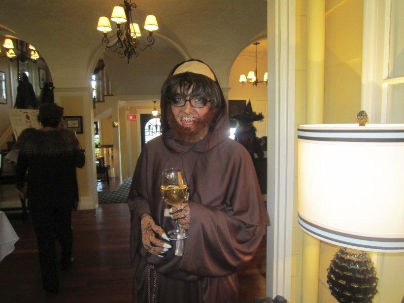 Marie-Claude Théroux a fait fureur, le 3 octobre, en se déguisant en moine tout droit sorti d'un film d'horreur lors du dernier souper de la section féminine du Club de golf Royal Québec. Très peu de membres l'ont en effet reconnue sous sa toge? | 29 octobre 2012