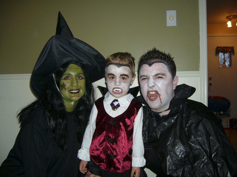 C'est déguisés en sorcière et en duo de vampires que Sandra Pépin, son fils Félix et son conjoint Christian ont pris le départ de leur tout premier party d'Halloween en famille. Les terrifiants personnages ont remporté beaucoup de succès avec leur maquillage réussi! | 29 octobre 2012