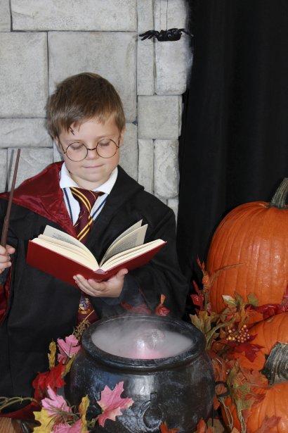 Avec les lunettes, les habits, le livre, la baguette et la potion magiques, Victor Hébert, de Saint-Augustin-de-Desmaures, ressemble à s'y méprendre à Harry Potter, un des personnages fantastiques les plus populaires auprès des petits comme des grands. À six ans, parions qu'il est l'un des plus jeunes prodiges de Poudlard! | 29 octobre 2012