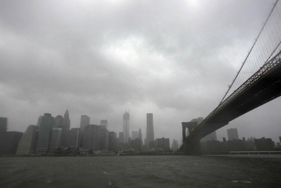 Les premiers effets de l'ouragan Sandy se sont fait sentir dimanche le  long...