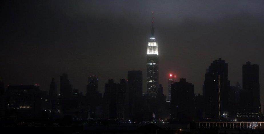 Sandy a plongé la ville de New York dans le noir, hier. Au moins 7 millions d'Américains sont toujours privés d'électricité. | 30 octobre 2012