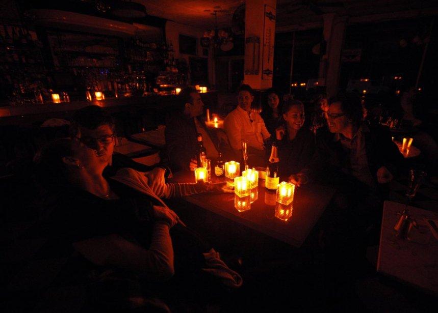 Les clients de ce restaurant de Greenwich Village, à New York, ont dû souper à la chandelle, hier soir, à la suite du passage de l'ouragan Sandy sur l'île de Manhattan. | 30 octobre 2012