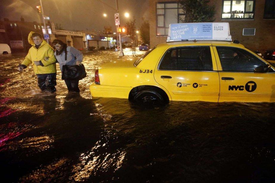 Des New-Yorkais marchent dans une rue submergée de Brooklyn, le... | 2012-10-30 00:00:00.000