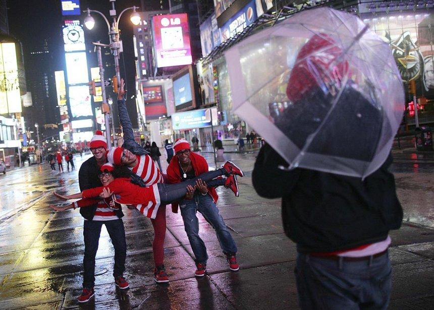 Des touristes français se photographient à Time Square, le 29 octobre. Le passage de l'ouragan Sandy a laissé pratiquement désert le célèbre quartier de Manhattan. | 30 octobre 2012