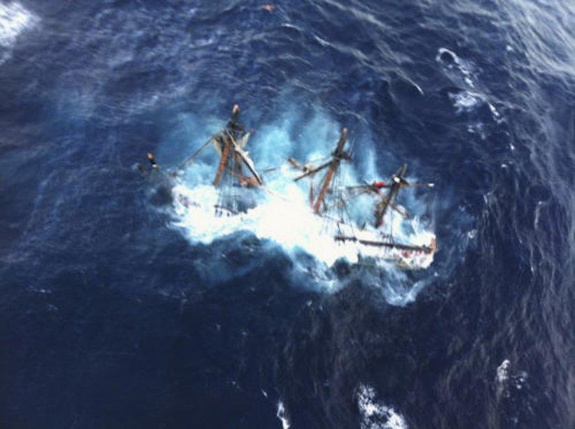 La réplique de l'historique HMS Bounty, construite en 1962 et rendue célèbre grâce au cinéma, a coulé au large de la Caroline du Nord, hier. Quinze des 16 membres de l'équipage ont pu être secourus, alors qu'une personne est toujours portée disparue. | 30 octobre 2012