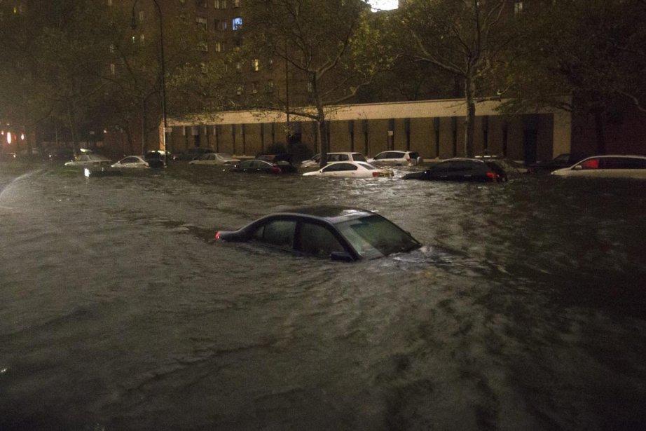 Une voiture est carrément engloutie par les eaux qui déferlent sur la 14e Rue, à proximité de la centrale électrique de Consolidated Edison, à New York, le 29 octobre | 30 octobre 2012