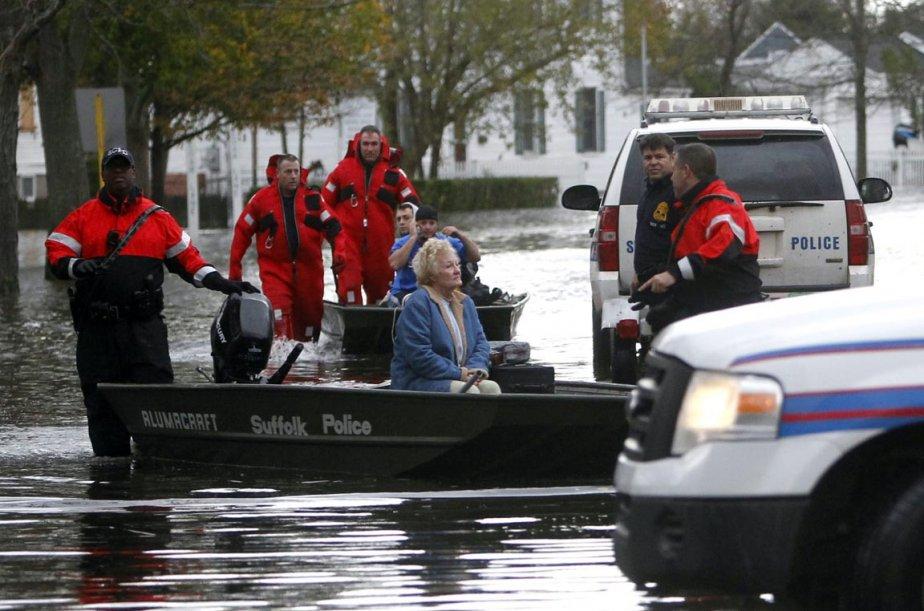 Une septuagénaire est évacuée de sa maison inondée de Babylon par des policiers du comté de Suffolk, dans l'État de New York, le 30 octobre. | 30 octobre 2012