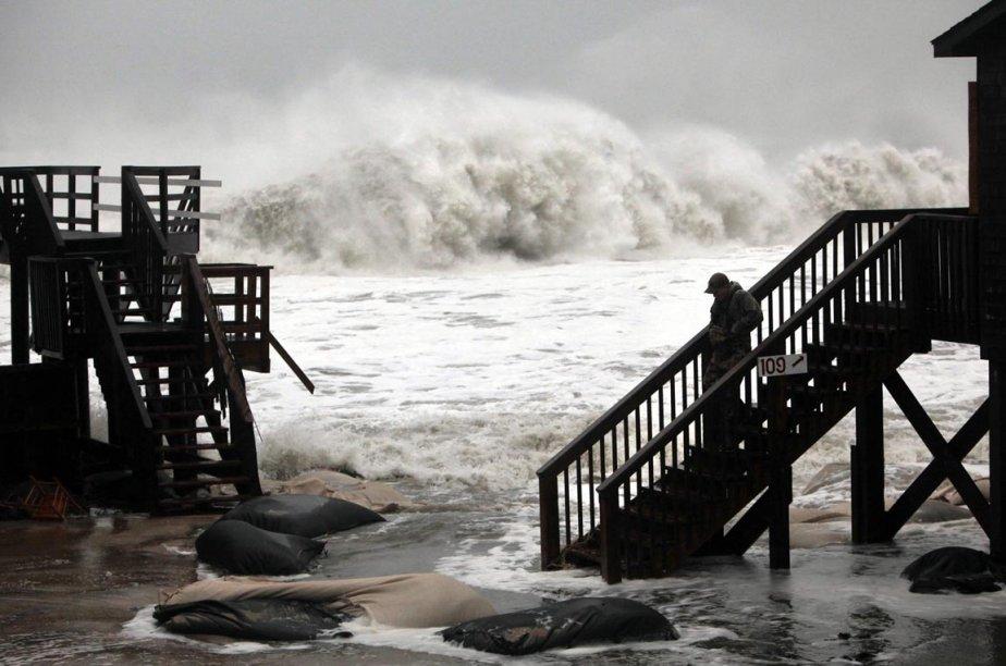 Des vagues géantes s'abattent sur ce rivage de Buxton, en Caroline du Nord, le 29 octobre. | 30 octobre 2012