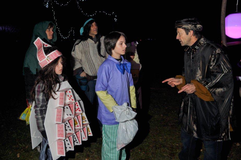Alexia Vaillant et Philippe Langlois écoutent les consignes avant de s'aventurer dans le labyrinthe à Sainte-Gertrude. | 30 octobre 2012