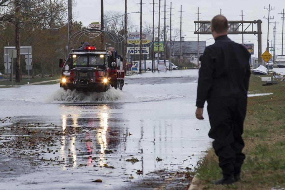 Mardi après-midi, une opération de secours a été réalisée sur une route inondée reliant l'île de Seaside à la ville de Toms River, au New Jersey. | 30 octobre 2012