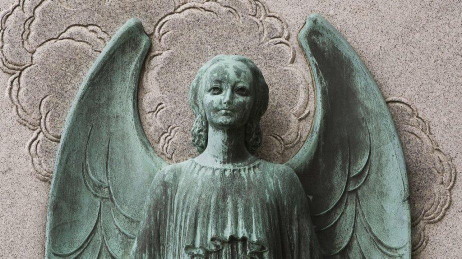 Un bronze réalisé par le prolifique sculpteur Émile Brunet au cimetière Notre-Dame-des-Neiges. | 31 octobre 2012