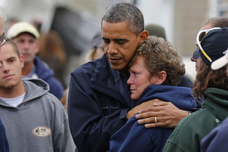 Barack Obama a réconforté une citoyenne de Brigantine,... (Photo: AFP)