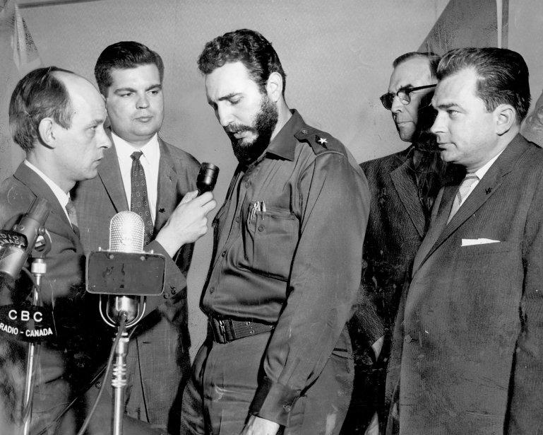 1959 - De passage à Montréal, le président cubain Fidel Castro répond aux questions de René Lévesque, alors commentateur à Radio-Canada. (Paul-Henri Talbot, La Presse)