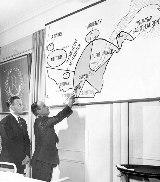 1962 - Pour expliquer à la population pourquoi il faut nationaliser l'électricité, René Lévesque, alors ministre des Ressources naturelles, présente une carte où est illustré l'état de l'industrie hydro-électrique du Québec. (Roger St-Jean, La Presse)