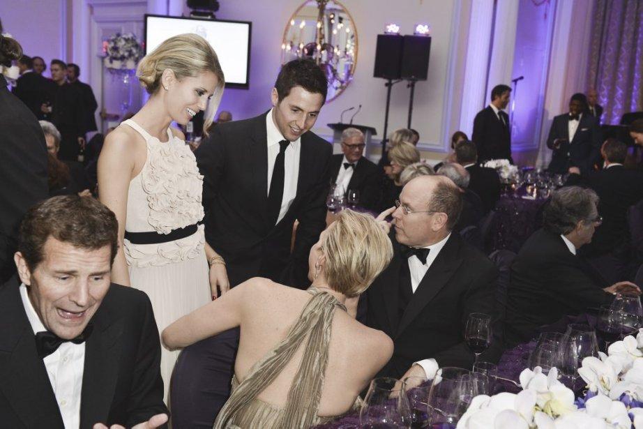 Pendant la soirée, Alexandre Bilodeau et sa conjointe Sabrina discutent entre deux services avec le couple princier. | 1 novembre 2012