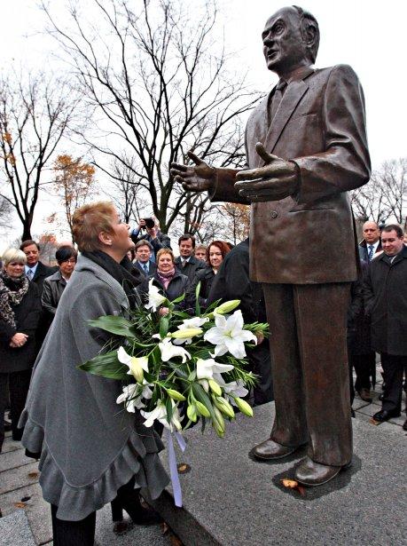 Pauline Marois a déposé une gerbe de fleurs au pied du monument de René Lévesque, sur la colline parlementaire,  le 1er novembre, à l'occasion de l'anniversaire marquant les 25 ans du décès du fondateur du Parti québécois. | 1 novembre 2012