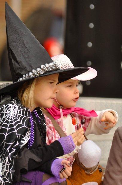 Juliane et Lauralie Sigmen à la Place du marché. | 1 novembre 2012