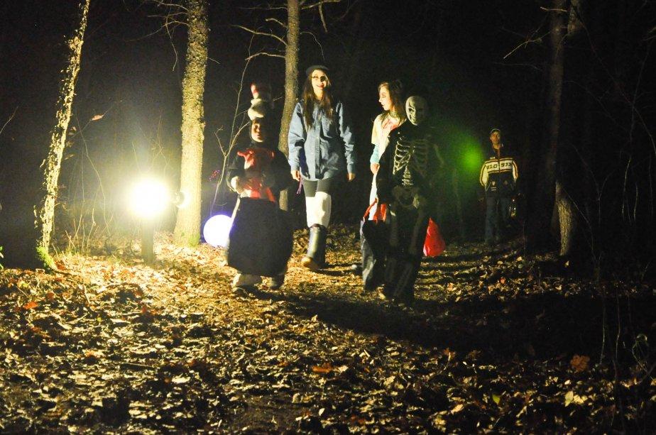 Petits et grands étaient encore une fois présents pour venir affronter le mystérieux sentier de la forêt enchantée, le 27 octobre, à l'occasion de la grande fête de l'Halloween du Portail Oniria à Sainte-Gertrude. | 1 novembre 2012