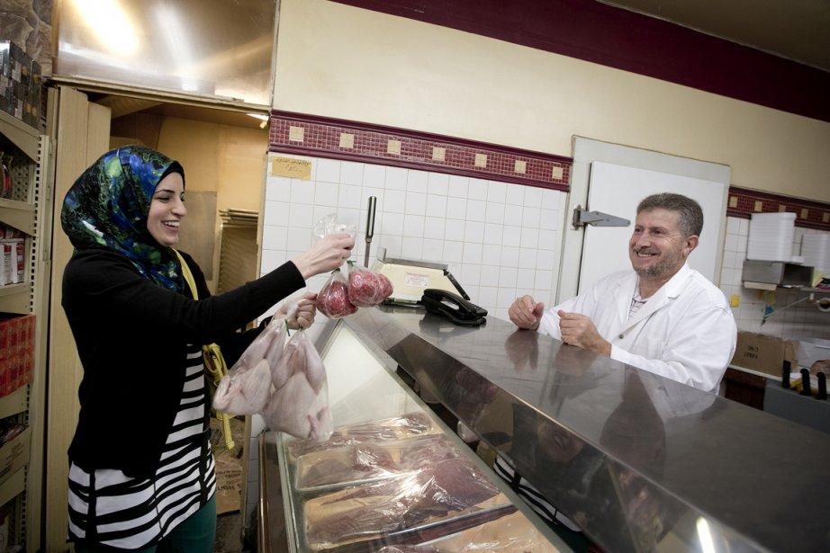 Jinane Fahs achète de la viande pour préparer... (Photo Marco Campanozzi, La Presse)