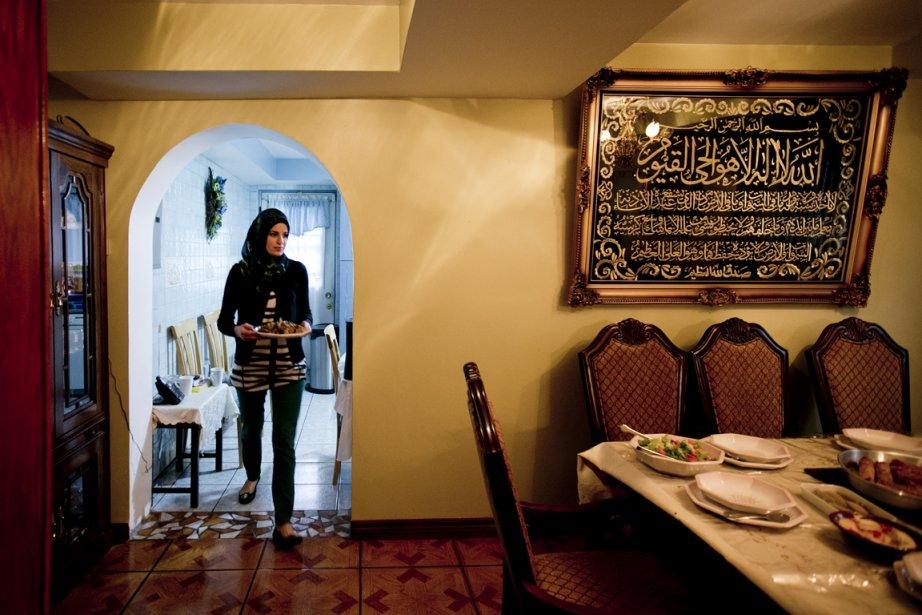 Jinane Fahs apporte les plats libanais dans le... (Photo Marco Campanozzi, La Presse)