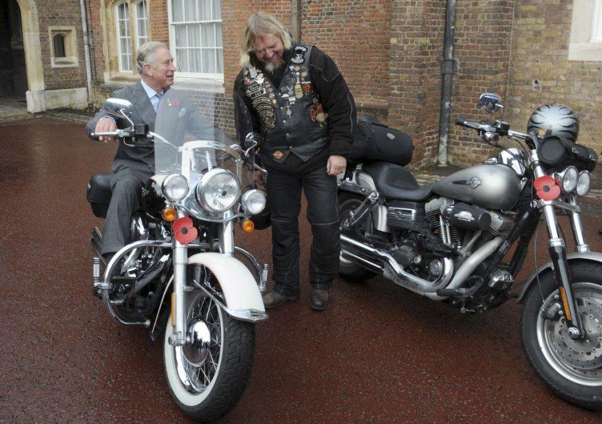 Le prince Charles enfourche une moto à Clarence House à Londres. | 2 novembre 2012