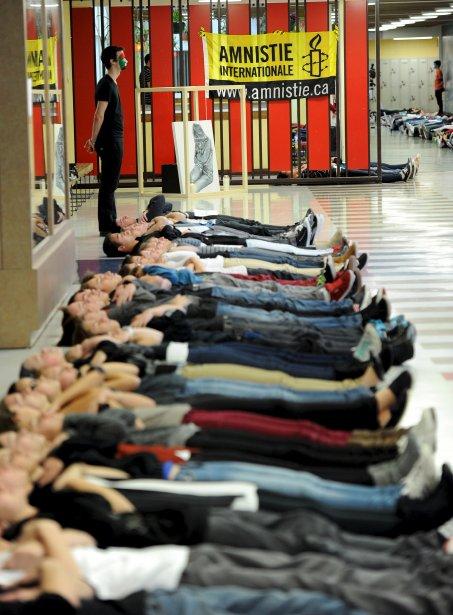 Trois cent vingt-cinq élèves de l?école secondaire Les Etchemins de Charny ont participé le 1er novembre à un «die-in» symbolique pour s?opposer à la peine de mort, encore en vigueur dans 58 pays dans le monde. Allongés sur le sol pendant une quinzaine de minutes, un brassard noir au bras, ces jeunes ont voulu dénoncer le sort réservé à un Canadien injustement condamné à mort en Iran, Hamid Ghassemi-Shall. | 2 novembre 2012