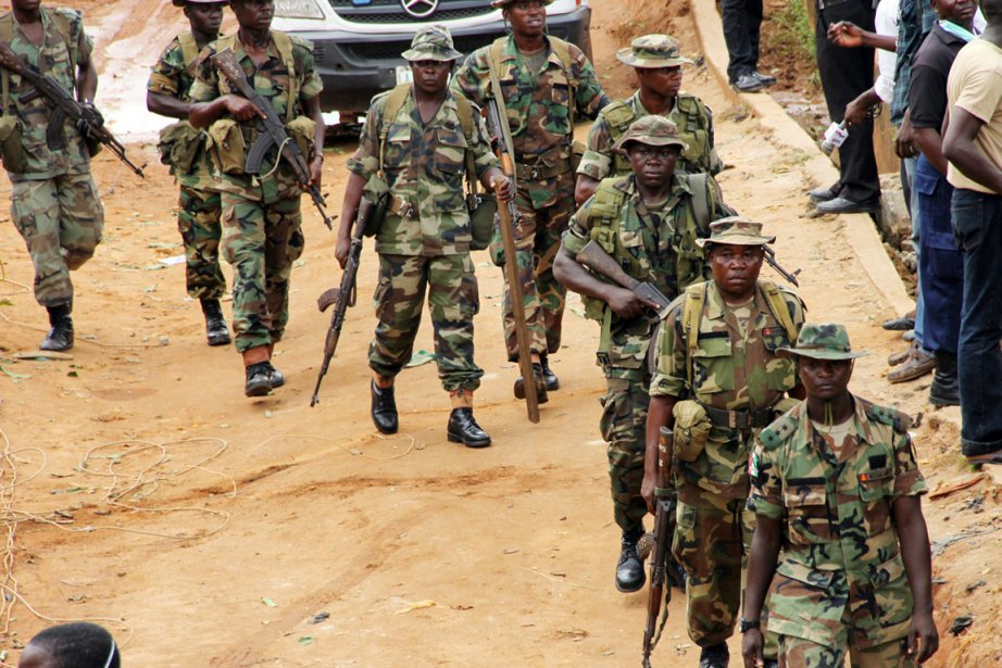 Des soldats de l'armée nigériane patrouillent dans les... (PHOTO EMMANUEL AREWA, ARCHIVES AFP)