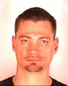 Les policiers recherchent aussi Christian Junior Bédard, 35 ans, de Trois-Rivières. Une fois qu'ils auront été retrouvés, ces trois suspects devraient être accusés de trafic de stupéfiants et de complot. Jessy Kean sera également accusé de gangstérisme. Tous les trois avaient aussi été arrêtés en 2004 dans le cadre de l'opération Corona. | 2 novembre 2012
