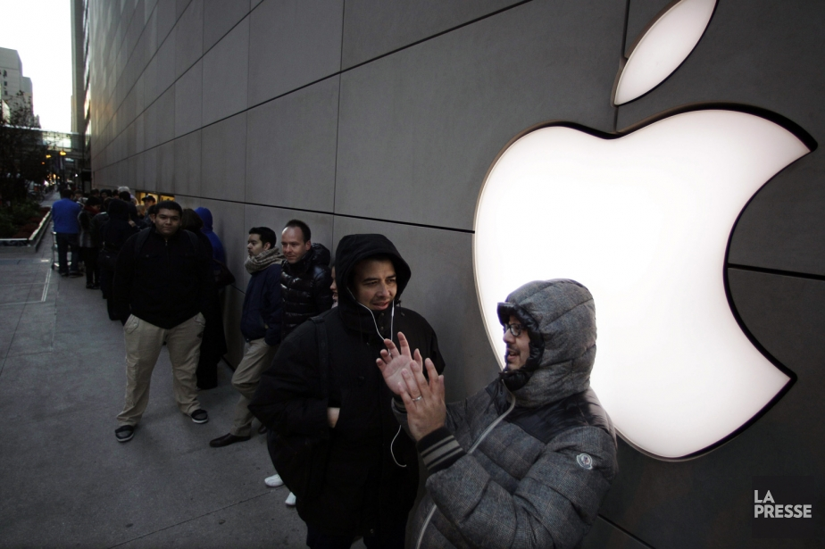 Des gens font la file devant une boutique... (PHOTO SPENCER GREEN, AP)
