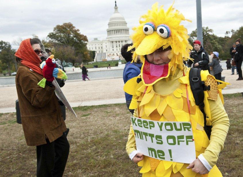 Une femme portant un costume de Big Bird, personnage de l'émission Sesame Street de PBS, participe à une manifestation en faveur de la télévision publique à Washington. Plusieurs centaines de manifestants ont pris part à l'événement organisé à la suite d'une déclaration du candidat républicain à la Maison Blanche, Mitt Romney, lors d'un débat télévisé plus tôt dans la semaine. Il a avancé qu'il allait couper le financement de la chaîne publique PBS s'il gagnait la présidentielle. | 3 novembre 2012