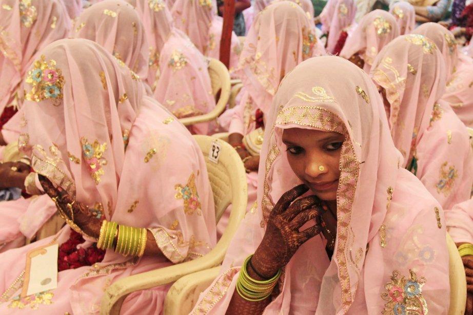 Des Indiennes musulmanes participent à un mariage pour 47 couples à Ahmadabad. Les mariages de groupe sont organisés par des organismes sociaux pour aider les familles qui ne peuvent pas payer les frais engendrés par les cérémonies de même que la dot de coutume dans plusieurs communautés. | 4 novembre 2012