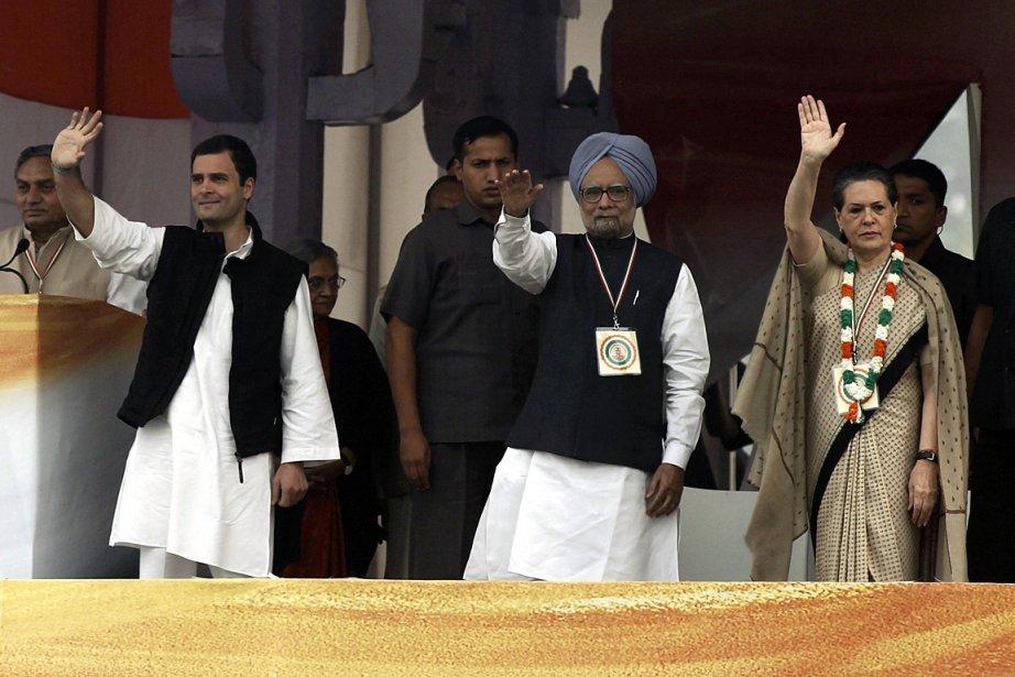 Le premier ministre Manmohan Singh (au centre), accompagné... (Photo: Reuters)