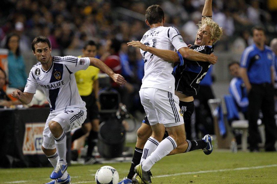 Victor Bernadez a marqué sur un coup franc tard pendant les arrêts... (Photo AP)