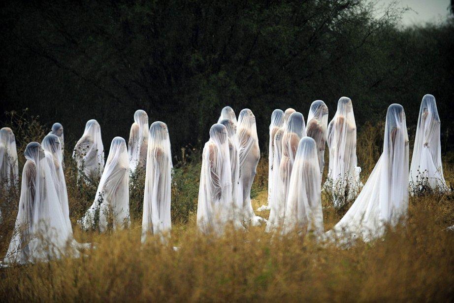 Eh non, cette photo ne sert pas pour annoncer un film d'épouvante. C'était plutôt une nouvelle mise en scène du photographe américain Spencer Tunick, connu pour ses photos de volontaires posant nus, en l'honneur de l'Halloween. | 5 novembre 2012